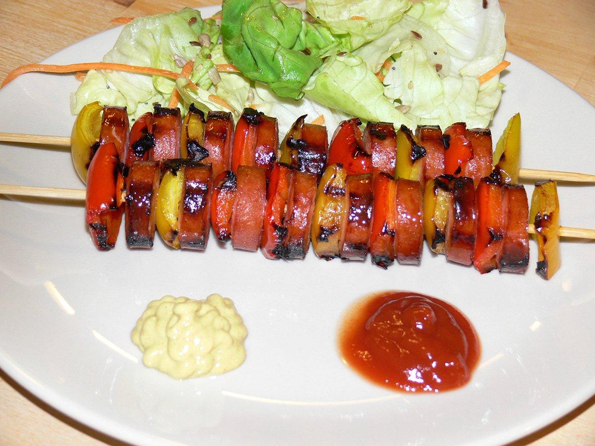 Spiedini wrustel e peperoni e insalata