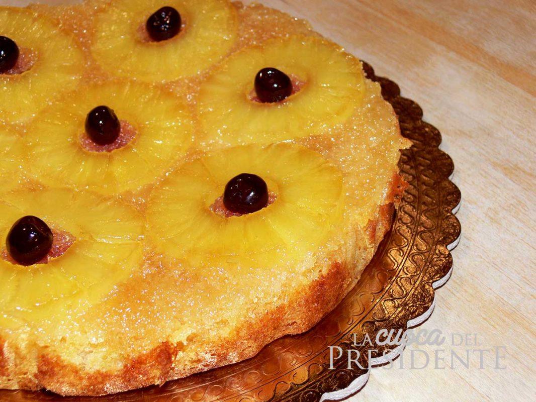 Torta all'ananas con salsa al caramello