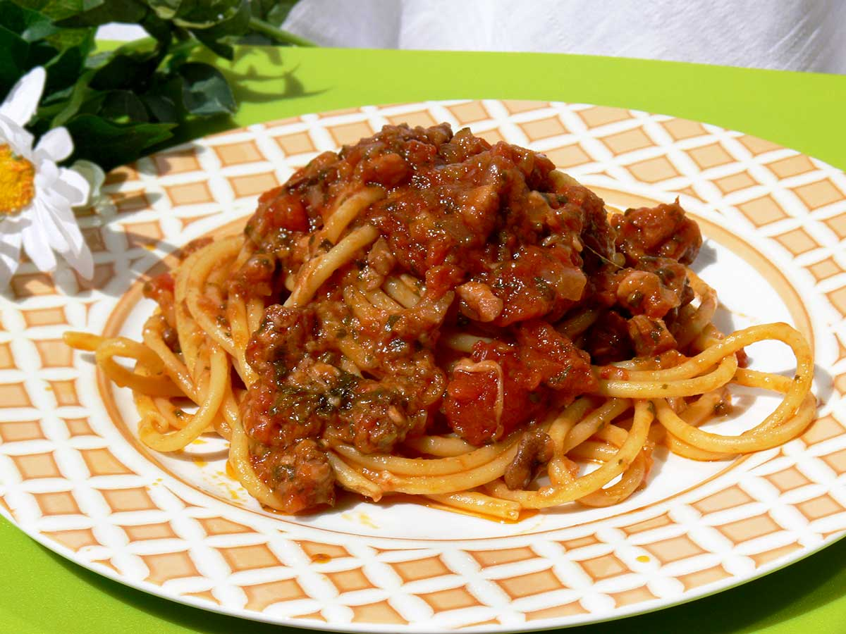 Bucatini all'amatriciana rivisitata con noci