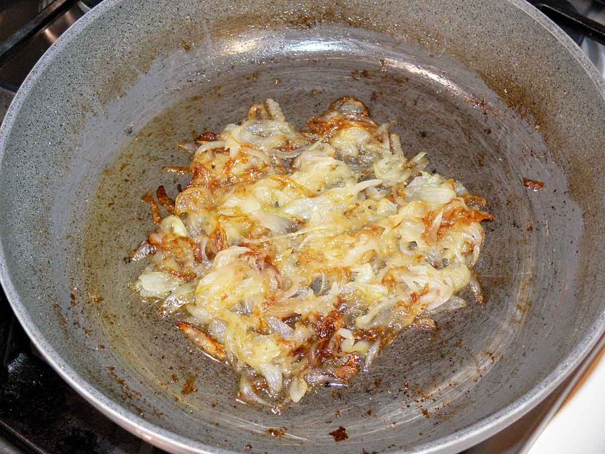 Frittata di pasta con speck e cipolle caramellate